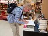 Lezers brengen laatste groet aan Renate Dorrestein in De Drvkkery in Middelburg