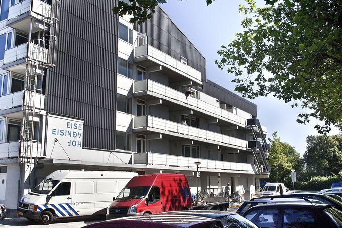 Het seksuele contact tussen het destijds 16-jarig meisje en de toen 27-jarige N.A. vond plaats in een woning in de flat op de Eisingahof. Het kind bleef er ook enkele malen slapen.