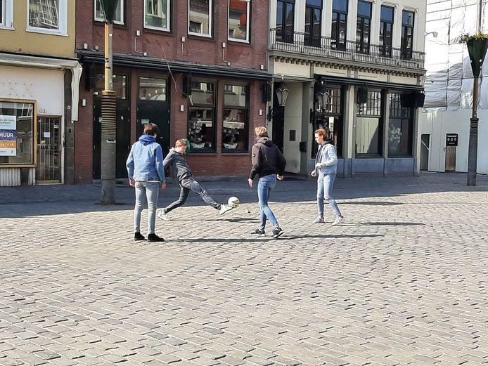 Voetballen op een zonnige zaterdag op de Grote Markt