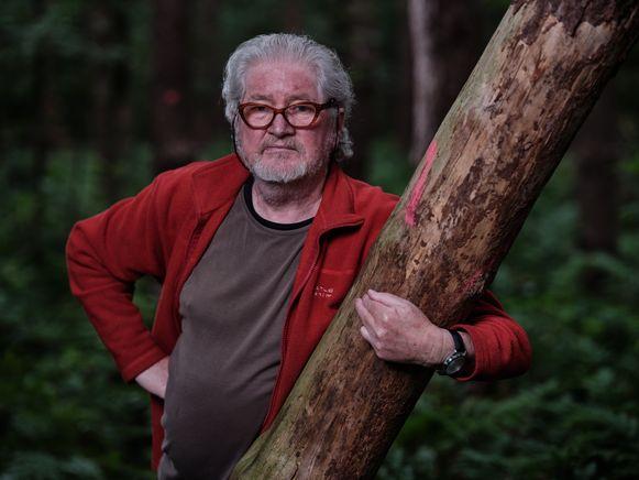 Etienne Mylemans woont verscholen in een bos in Rijmenam. Hij bracht een groot deel van zijn jeugd door in Congo waar zijn vader een meubelfabriek op poten zette.