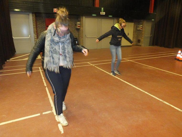 Deze jongedames van Leiepoort campus Sint-Theresia ervaren dat het niet gemakkelijk is om dronken over een witte lijn