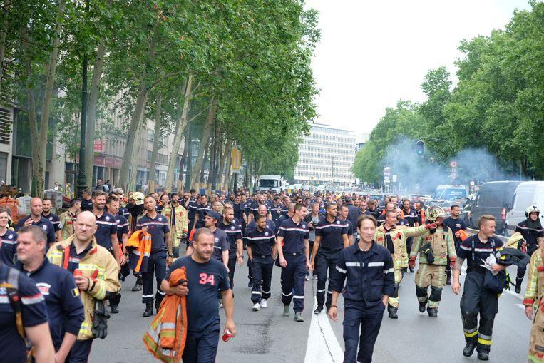 Honderden brandweerlui betogen in het centrum van Brussel.