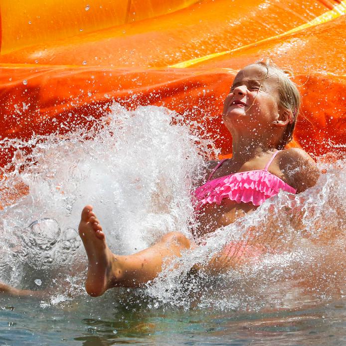 Spetterend plezier op waterglijbaan van Jeugdland in Etten-Leur. foto : gerard van offeren / pix4profs
