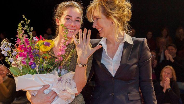 Halina Reijn met de ring, gekregen van Ariane Schluter. Beeld anp