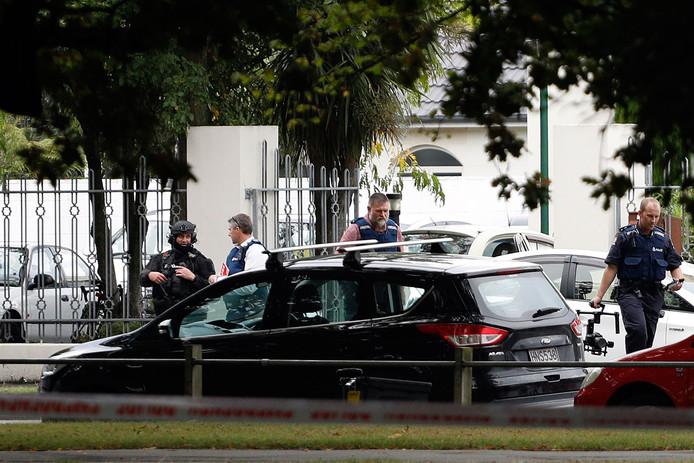 Politieagenten voor de Masjid al Noor moskee in Christchurch, één van de twee moskeeën die de dader aanviel.