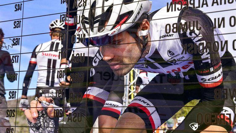 Dumoulin tekent het startbewijs voor de Tirreno-Adriatico. Beeld epa