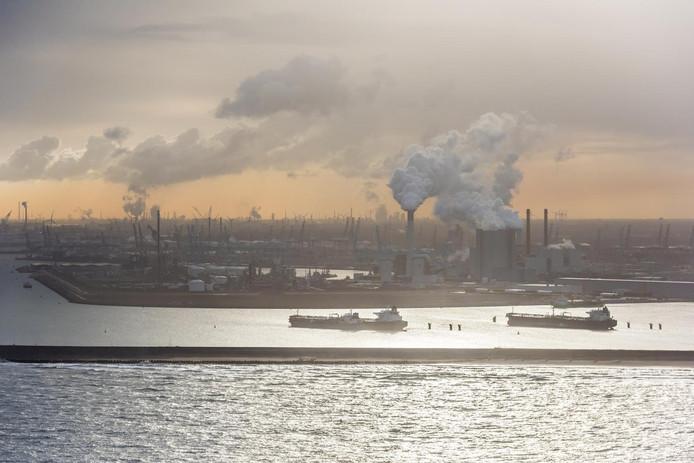 Kolencentrales op de Maasvlakte. Op de voorgrond olietankers.