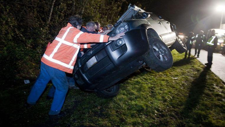 Op de A7 vinden statistisch meer en ernstigere ongevallen plaats dan elders. Op deze foto is een bus ingereden op een personenauto in de buurt van Drachten. Vier mensen raakten daarbij gewond. Beeld ANP