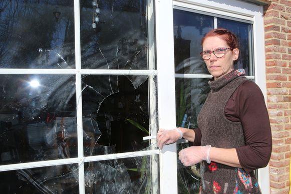 Anne Standaert met handschoenen aan haar ingeslagen achterdeur