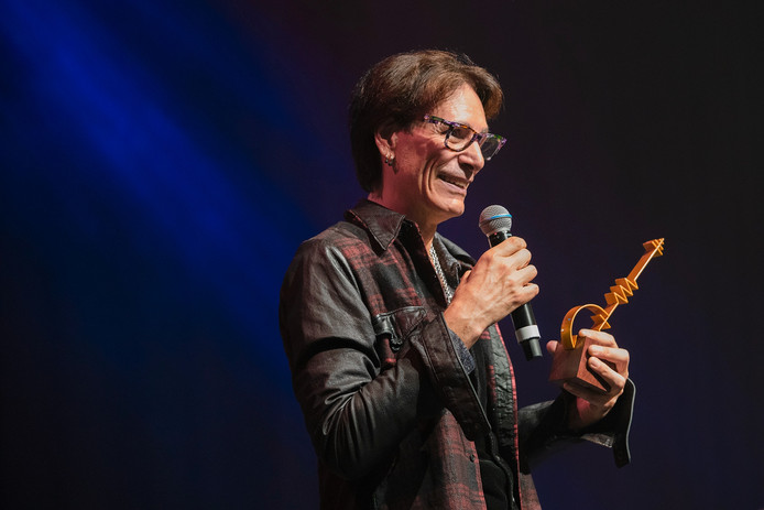 Steve Vai met de Sena European Guitar Award.