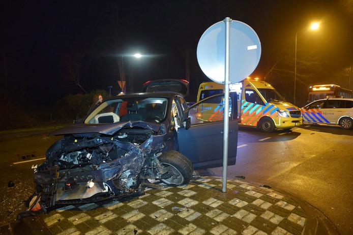 Beide auto's zijn zwaar beschadigd door de botsing.