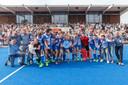 Met coach Bert Bunnik rechts viert HC Zwolle in 2016 feest na de promotie naar het 2e niveau van Nederland
