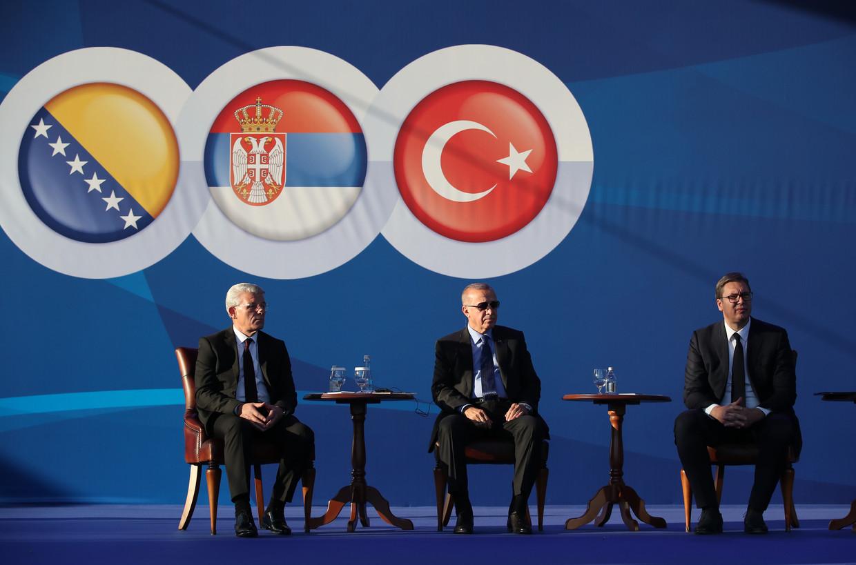 De Turkse president Erdogan was onlangs op bezoek in Belgrado met links van hem Sefik Dzaferovic (lid van het presidentschap van Bosnië-Herzegovina) en rechts de Servische president Aleksandar Vucic.