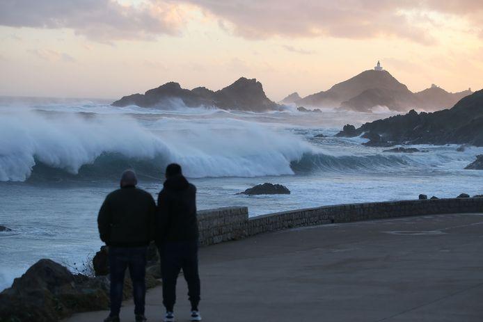 De harde wind op Corsica zorgt voor spectaculair beeld op een strand bij Ajaccio. Elders op het eiland zitten 26.500 mensen zonder stroom.