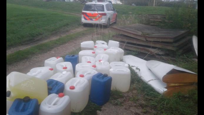 Dertig vaten drugsafval in het weiland van boer Robbert van der Poel in Rijpwetering.