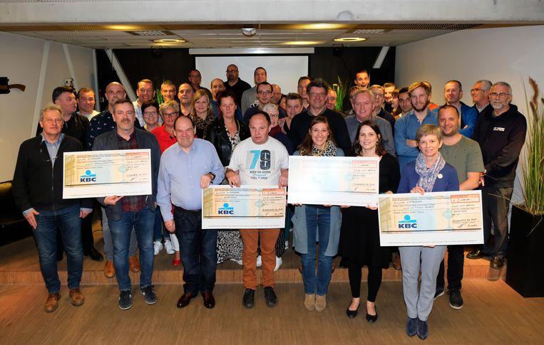 Vriendenkring brandweer Puurs en voetbalclub FC Ward delen de opbrengst van hun Winterbar uit aan vier goede doelen.