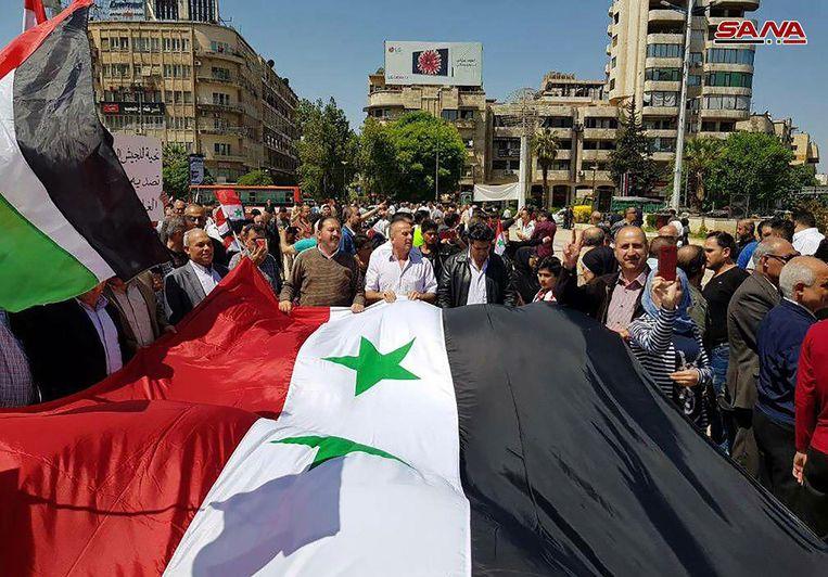 Aanhangers van het Assad-regime trokken met Syrische vlaggen de straat op in Damascus, enkele uren na de Amerikaanse, Britse en Franse luchtaanvallen.