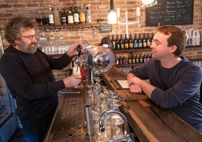 """Thomas Pillen (rechts) aan de toog bij Jacco de Wee van de Stadsbrouwerij Middelburg. ,,Brouwen moet je gewoon doen, zei Jacco ooit tegen me. Zo is het begonnen."""""""