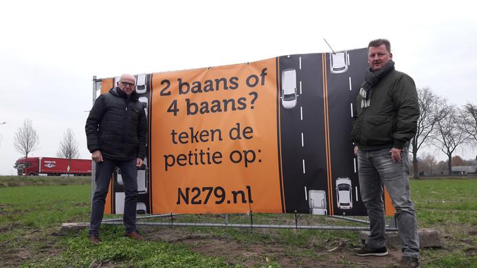 Bert Mickers (links) en Johan Habraken bij een van de spandoeken langs de N279, hier bij de rotonde tussen Beek en Donk en Gemert.