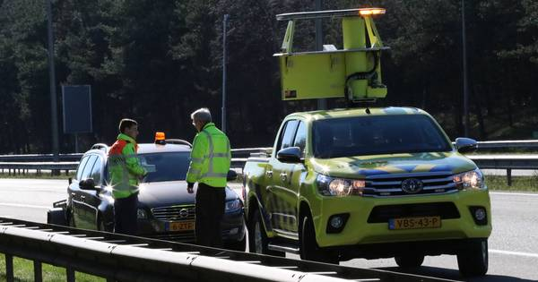 Auto flink beschadigd na botsing met een hert op de A50 bij Beekbergen.