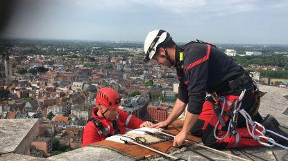 VIDEO. Van hoogtevrees hebben deze mannen geen last: klimteam daalt af van Sint-Romboutstoren