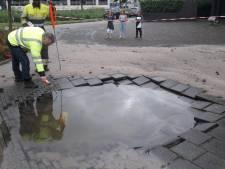 Breuk waterleiding zorgt voor metershoge waterfontein in Alphen aan den Rijn