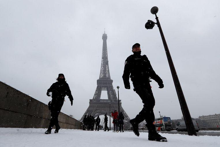 Franse agenten patrouilleren bij de Eiffeltoren in Parijs.