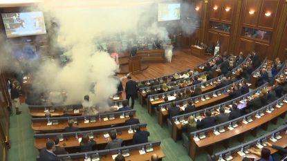 Oppositie zet traangas in om belangrijke stemming in Kosovaars parlement te verstoren