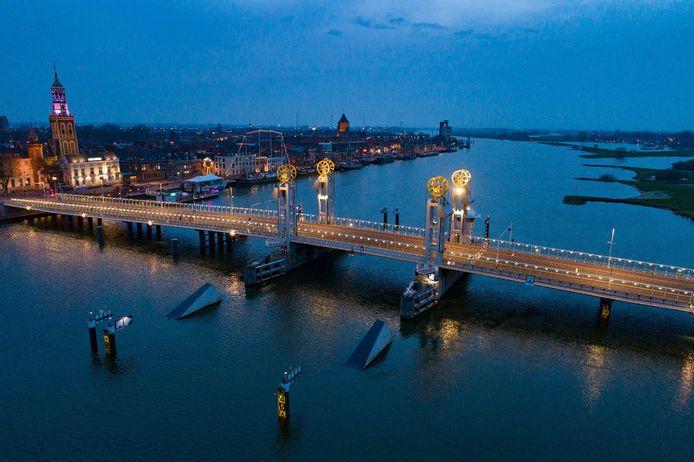 De Stadsbrug in Kampen, met twee van de vijf schanscaissons die een aanvaring van een schip met de pijlers van de brug moeten voorkomen.
