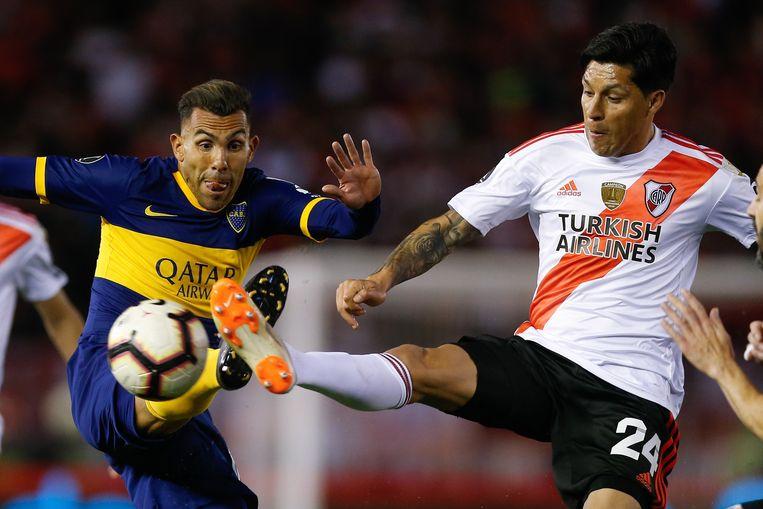 Oud-international Carlos Tévez (links) van Boca Juniors in duel met Enzo Pérez van River Plate tijdens de halve finale van de Copa Libertadores op 1 oktober 2019.
