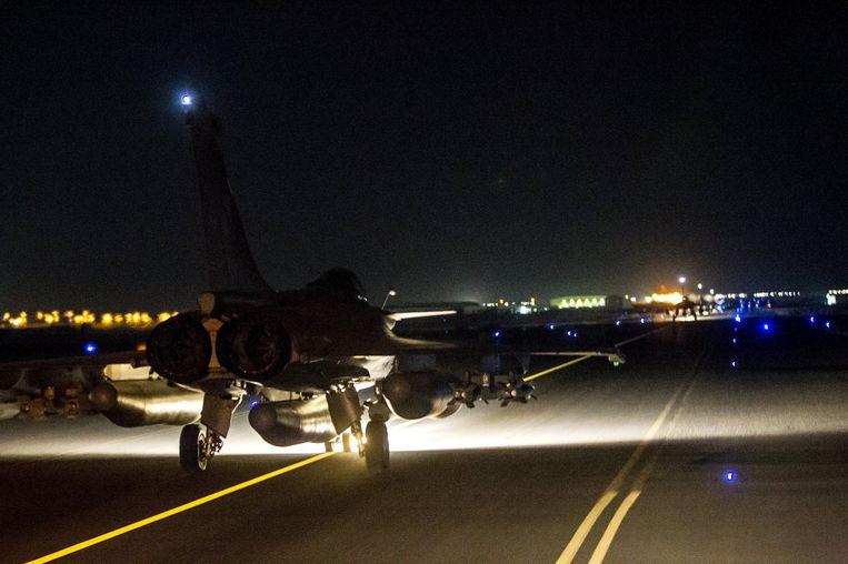 Een Frans gevechtsvliegtuig stijgt op om Raqqa te bombarderen. Beeld reuters