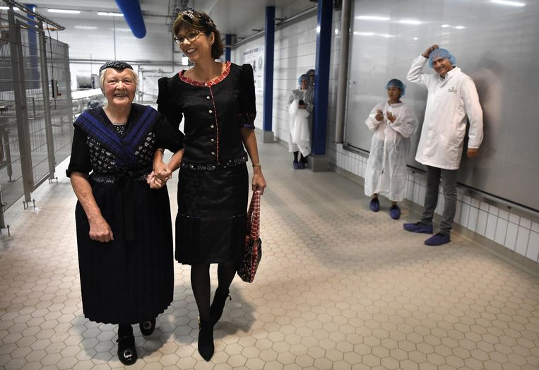 Carla Dik-Faber in Staphorster kledendracht. Beeld Marcel van den Bergh/de Volkskrant