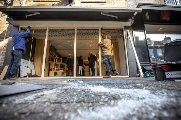 Een bestelbus is in de nacht van woensdag op donderdag binnengereden bij juwelier Vreriks aan de Sint Maartenstraat in Losser en zorgde voor enorme ravage.