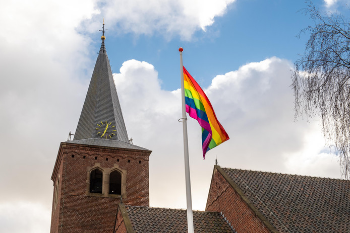 De protestantse kerk aan de Varviksingel in Enschede hees vorig jaar de regenboogvlag uit protest tegen de Nashville-verklaring.