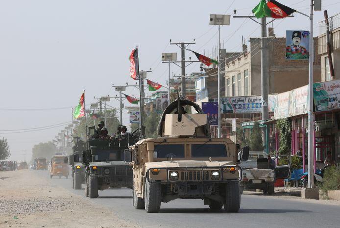 Afghaanse strijdkrachten in de straten van Kunduz na de aanval door de Taliban.