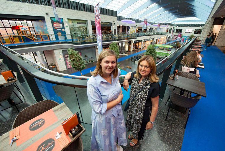 K-shoppingmanager Nicole Bats (rechts) op een archieffoto, samen met Gaëlle Verlinde van de promotie en animatie.