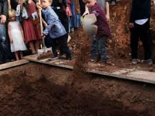Kinderen graven zelf het graf van heldhaftige moeder (31) na wrede moordpartij