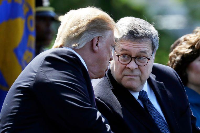 Minister van Justitie Bill Barr (rechts) vindt dat een zittende president niet kan worden aangeklaagd.  Beeld null