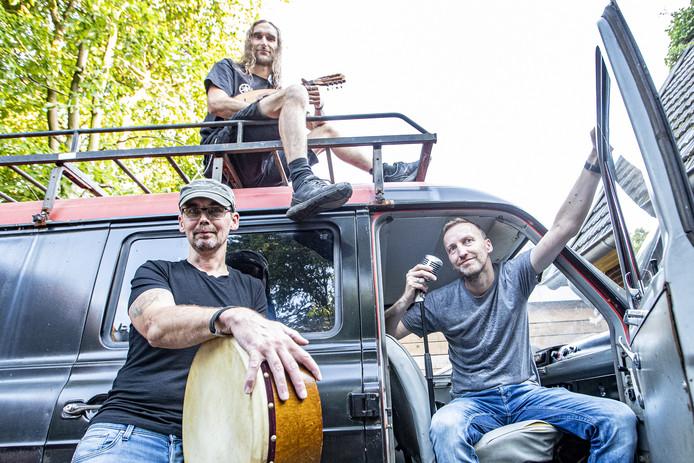 De bandleden Anko Lammers, Martijn en Thijs Jeurissen zijn klaar voor hun nieuwe theatershow.