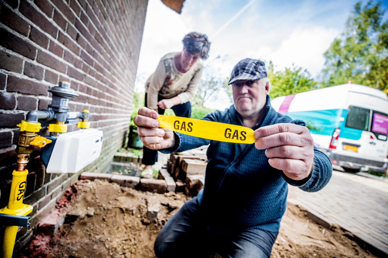 Hieke Goos en man kijken naar hun nieuwe gasinstallatie. Maandag kwamen ze er na een routine-onderzoek achter dat er gas in hun huis lekte.