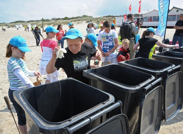Het besef dat afval op het strand schadelijk is voor mens en dier drong gisteren goed door bij 68 leerlingen van OBS Breskens en een kleine helper uit Biervliet. Een in het zand gevonden bestekset werd overigens niet in de vuilnisbak gegooid, maar teruggebracht naar 't Halve Maentje. foto Peter Nicolai