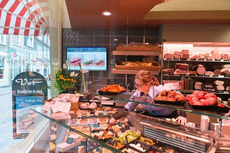 Bij Slagerij Vet op de Zeedijk kun je een prima broodje to go halen Beeld Charlotte Odijk