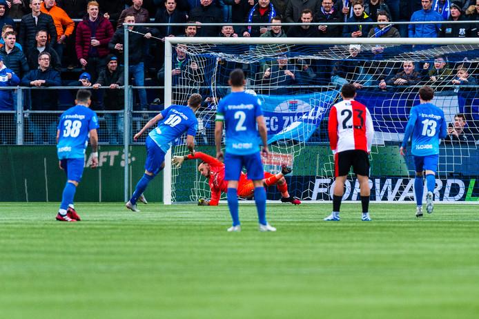 Vanaf de stip schiet Lennart Thy PEC Zwolle op 1-0.