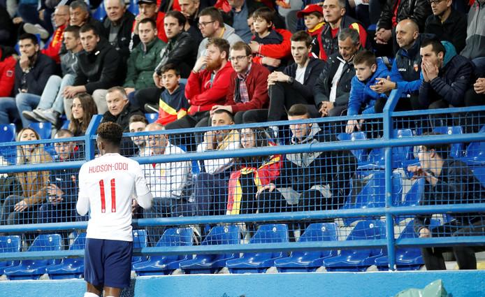 Callum Hudson-Odoi in gesprek met supporters van Montenegro.