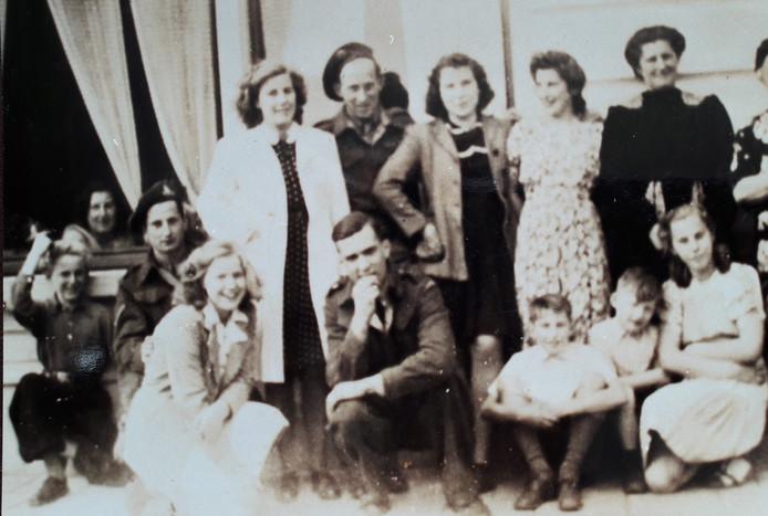Na de bevrijding in oktober 1944 namen Canadese militairen hun intrek in het huis van de familie Van Gastel in de Hoofdstraat in Kaatsheuvel, het gezin met veertien kinderen verkaste naar de kelder onder het woonhuis en bleef daar tot mei 1945. Rechts zittend Ans Feitz-Van Gastel (die nu in Bergen op Zoom woont), links zittend zus Thérèse die generaal Montgomery een hand gaf.  Op deze foto uit 1945 poseert een deel van het gezin met enkele Canadezen voor het huis.
