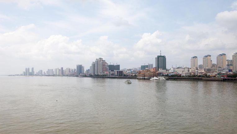 De halve economie van de Chinese stad Dandong draait op 'kijken naar Noord-Korea' vanaf een rondvaart- of een speedboot. Beeld Ruben Lundgren
