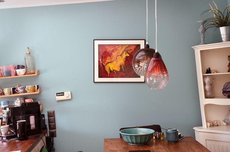 Het interieur van een drooggevallen woonboot - ter oriëntatie: het schilderij hangt nu inderdaad recht.  Beeld null