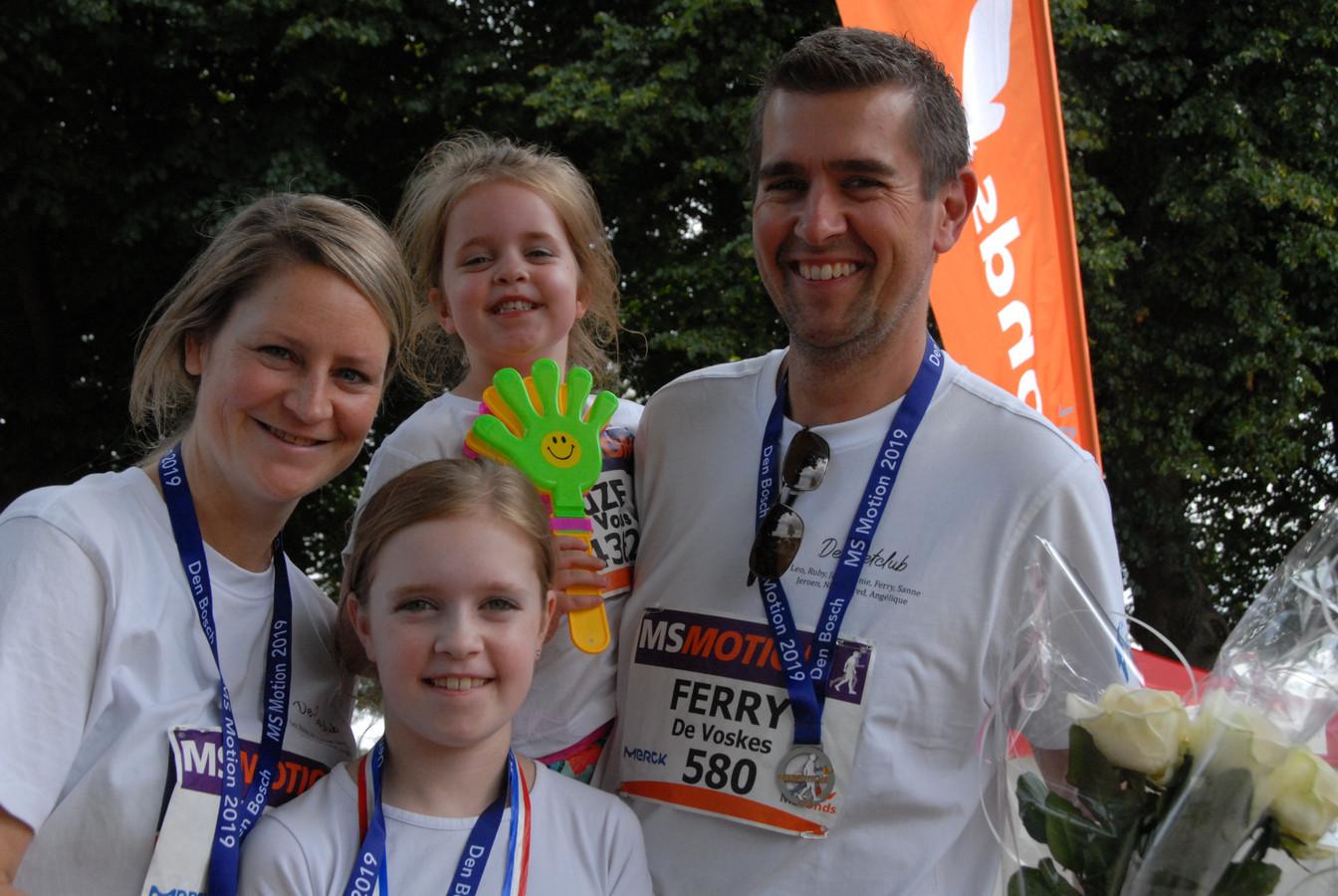 Sanne van der Steen met haar dochters Mila(9) en Suze(5) en partner Ferry van Reede