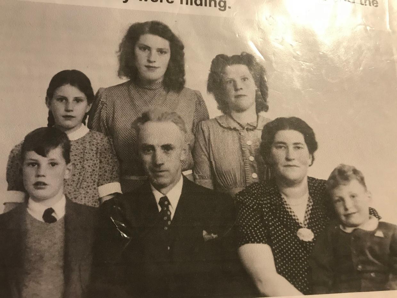 Vlnr: Harmen Bakker (jongste zoon), Ulrika Bakker (Sijtsma's oma, roepnaam: Riek), Hil Bakker (oudste dochter), Berend Bakker (vader van het gezin), Sietske Bakker (een na oudste), Jeltje Bakker-Woudsma (moeder gezin), Harry Davids.  Beeld Privéarchief
