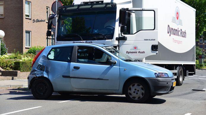 Auto meegesleept met vrachtwagen op de Eikendreef in Helmond.